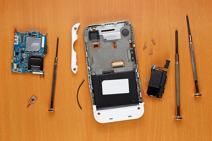 分解中のiPhone